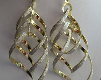 BOUCLES D'OREILLES GOUTE d'eau torsadées dorées  et paillettes argentées joli paire de boucles tendance