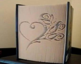 """Sculpture sur livre """"Rose coeur"""""""