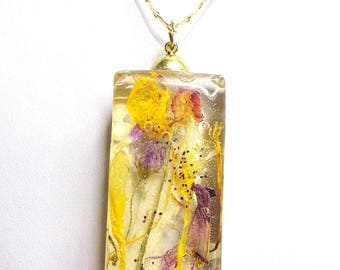 resin pendant with inclusion of plants