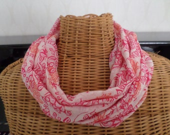 snood in shades of pink and white