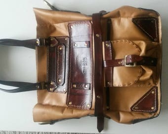 Leather shoulder bag.