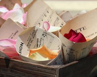 Cornet en papier vintage avec partitions de musique pour pétales de roses