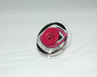 Ring pink fuchsia and black buttons.