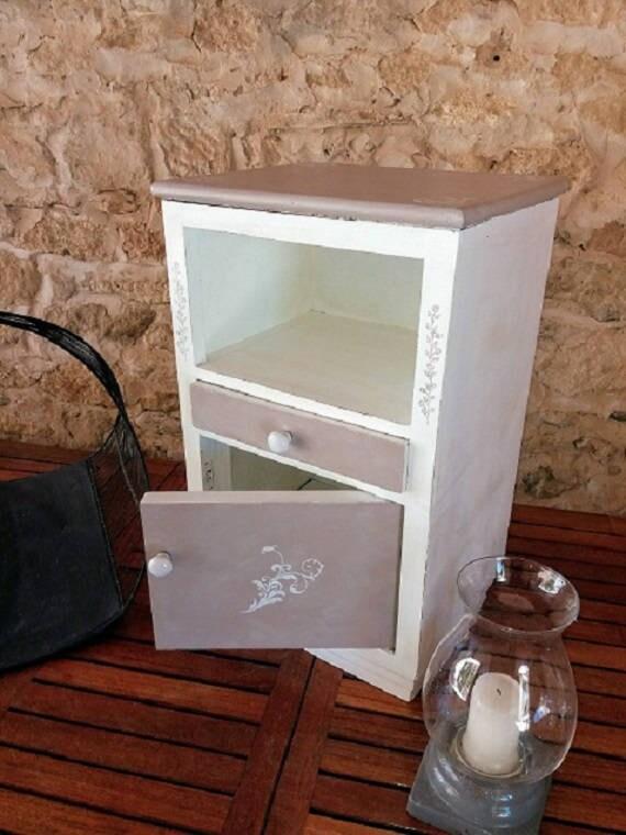 Table De Chevet Patinee Taupe Et Blanc Decoree Able D Appoint