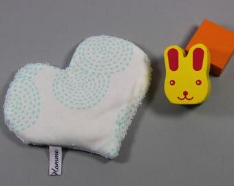 Pour bébé, petite bouillotte en forme de coeur.