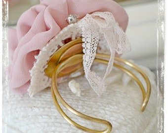 Shabby chic bracelet and pink flowers