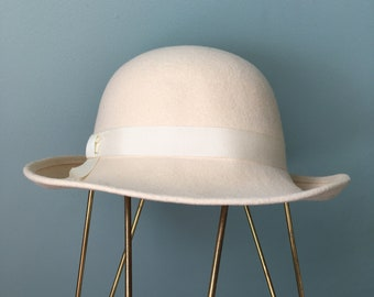 70s Cream Wool Felt Bowl Hat  Round Crown   Brim Back Curved Up Doeskin 644c8d295f58