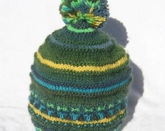 Bonnet pour enfant tricoté avec des couleurs gaies et agrémenté d un joli  pompon, cadeau pour Noël 13962741faf