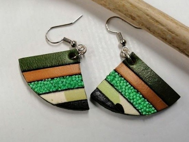 LUNE earrings in green and brown leather.