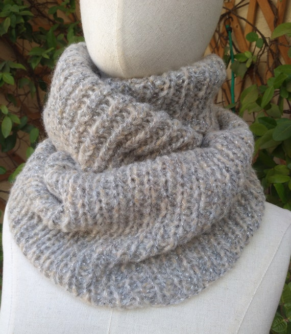 Neck circumdned hand-knitted