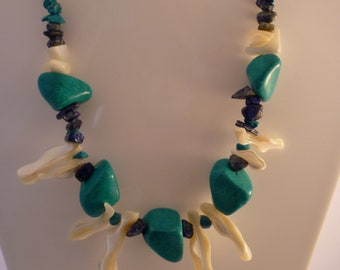 Short necklace in turquoise and mother of Pearl