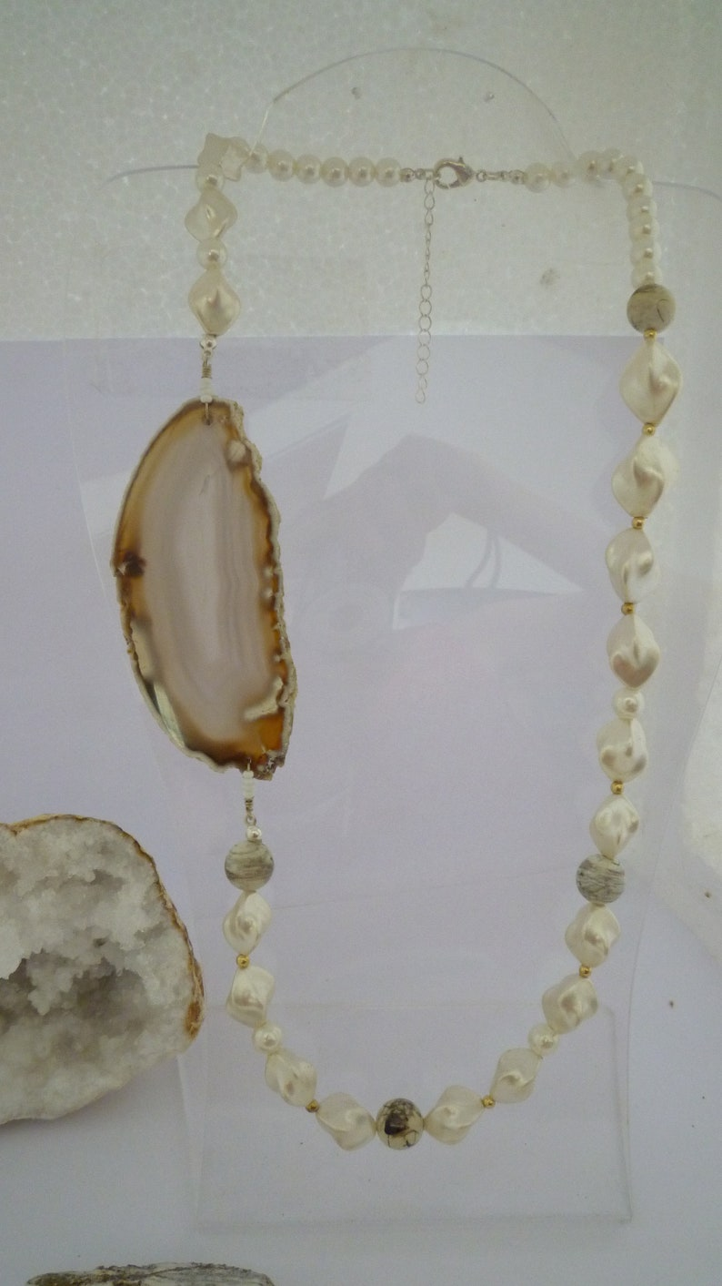 White collar with a slice of agate and fancy beads