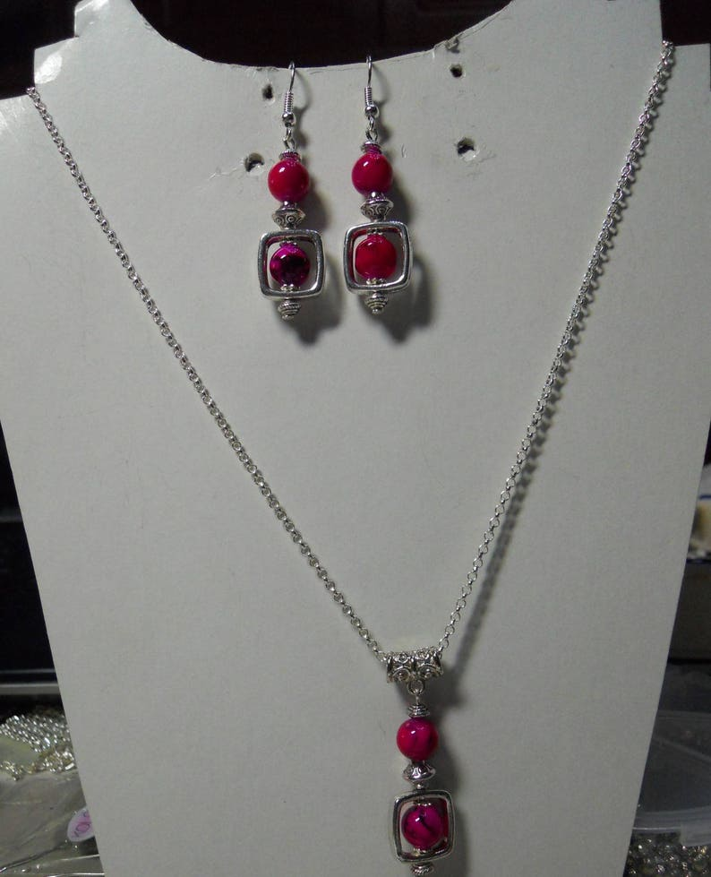 Adornment necklace and earrings fuchsia square