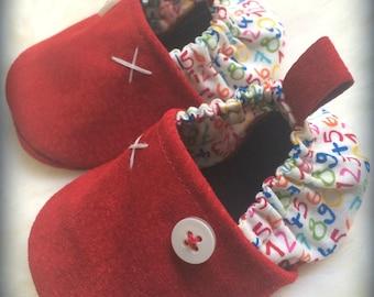 0db198e189fbf chaussons bébé 0 6 mois ( taille 18) en cuir rouge et coton imprimé  chiffres colorés