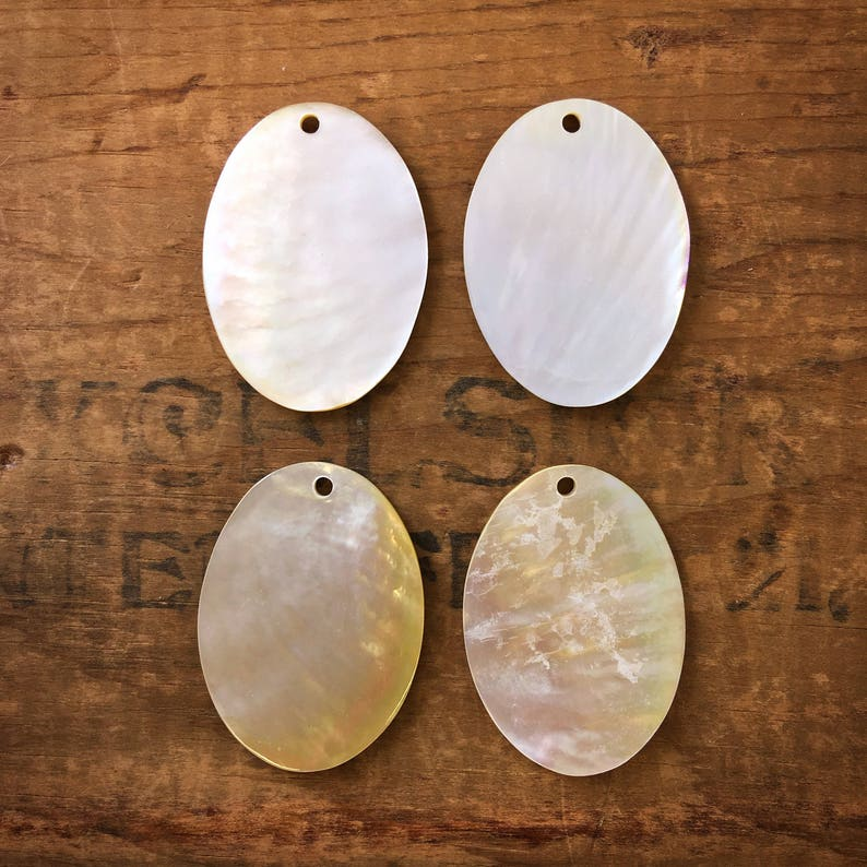 4pcs. D08 Oval Mother Of Pearl Pendant With Carved Flower And Border Motif