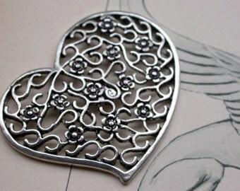 grande perle en metal argenté forme coeur et fleur 4.5x3.5