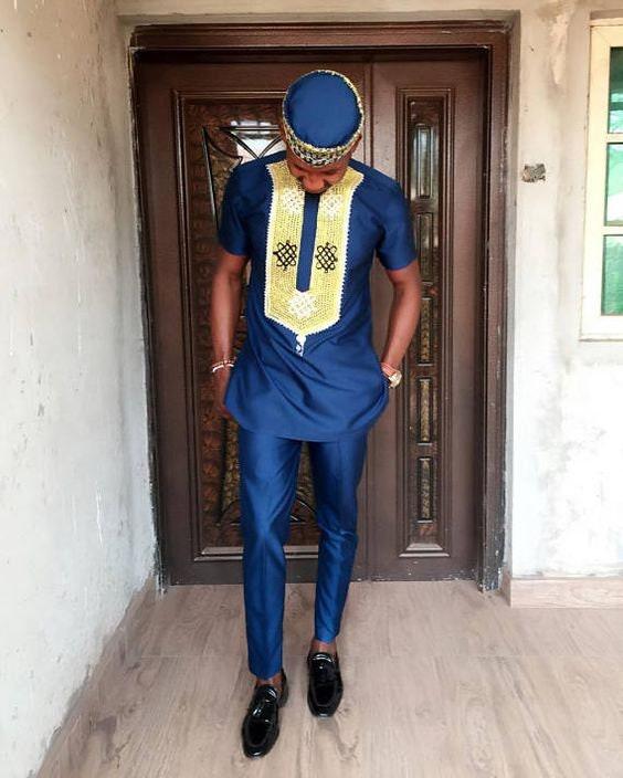 Robe pour pour Robe homme bleu marine avec broderie or. Magnifiquement brodé motif sur caftans bleus avec un pantalon pour correspondre. 36445f