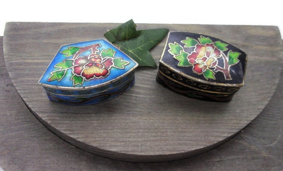 No chips or Cracks Asian Art  1 34 x 3 Antique Cloisonne  Hinged Box Vintage  China Exc