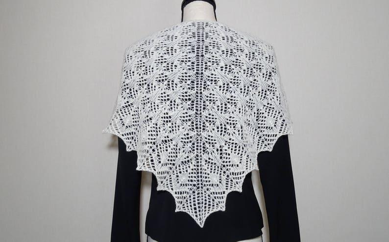 bd39cc2146b Châle dentelle blanc cassé en laine mérinos tricoté main