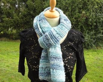 1ebe13d83076 Echarpe bleue camaïeu femme   tour de cou doux et chaud   tricotée main en  laine   chauffe épaule bleu ciel blanc bleu foncé