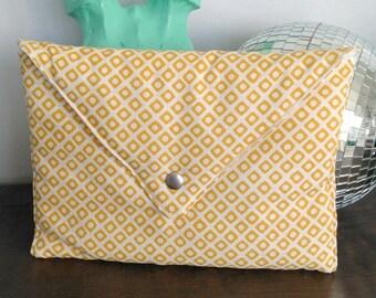 Pochette motif géométrique blanche et jaune