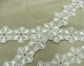 Ribbon embroidered Daisy - 28 mm - white