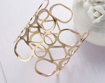 Trendy geometric Cuff Bracelet gold plated.
