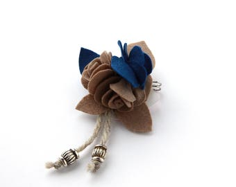Spilla con rose in panno e feltro blu e sabbia