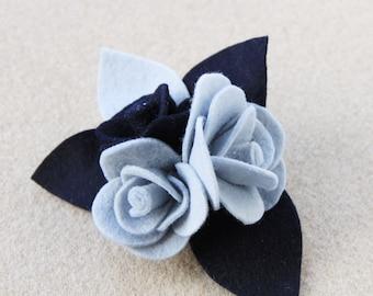 Spilla con rose in pannolenci e feltro blu e azzurro