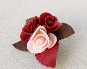 Spilla con rose in pannolenci e feltro rosso scuro - rosa e marrone