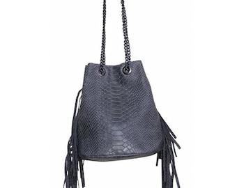5c1b937100 Sac bandoulière format bourse avec franges en cuir imitation python pour  femme, couleur gris