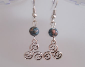 Earrings little silvered TRISKEL with greeny BLUE and coral white marbled beads