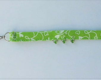 Bracelet in green clover heart patterned fabric and glass beads, adjustable