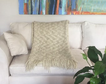 Hand knitted natural wool fringes white