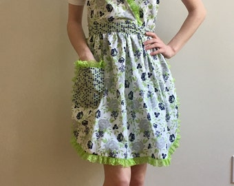 Pin Up vintage-style halter apron with crossover bodice - green/grey floral and geometric pattern with lime green lace trim