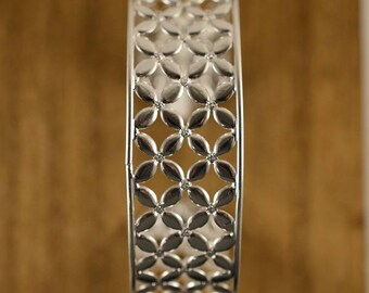 BR LA DESEADA Large silver bangle with openwork flowers