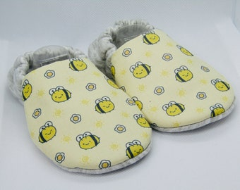 Bee patterned handmade baby booties, available in sizes up to 24 months! Cute! Baby Shower! Baby slippers!