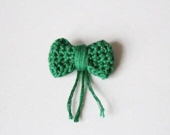 Mini bow brooch - green crochet