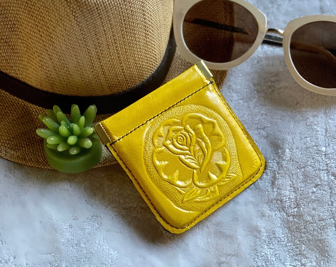 Leather woman squeeze coin purse- Coin pouch- Change purse- Small leather pouch- Earbuds case - gifts for her
