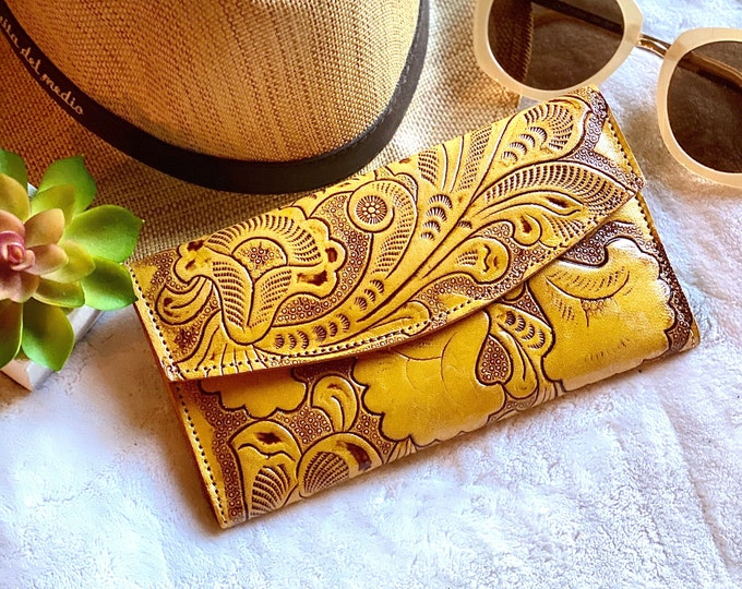 Handmade carved leather woman wallet - women's wallets- Gift for wife - Gift for her - Wallet woman leather - Credit cards wallet