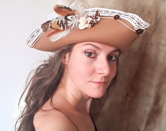 Camel tricorn, spotty amber size 59, wool, feathers, lace and stones