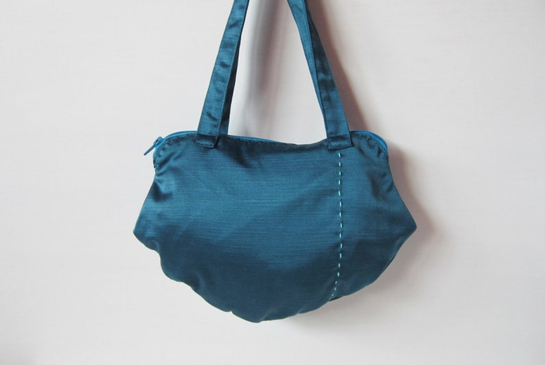 78c70416c282 Blue cloth handbag with turquoise crocheted daisies and
