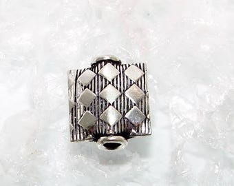 166 - Pearl silver square flat 13.00 mm, square striped decoration.  Money first. (6476953)