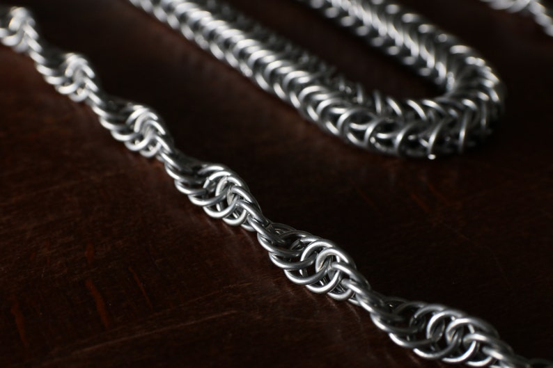 Queens Lacery chainmail necklace
