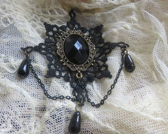 Elegant Gothic brooch with pearls and lace