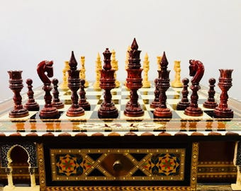 Chess Thousand and One Nights of red wood. Arabigo art.