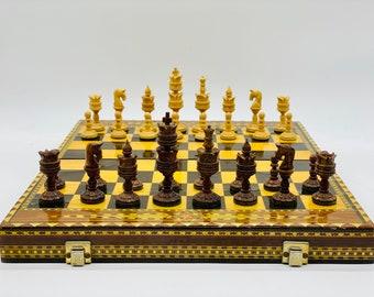 Chess Thousand and One Nights of red wood. Arabigo art.