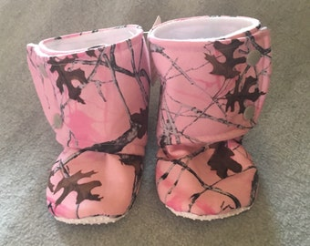 Pink camo Stay-On baby booties