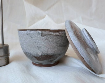 Tea bowl, soupe, rice lover, with cover, bol avec couvercle, grès, stoneware, clay, ceramic, box, handmade, snow glaze, chawan, gift