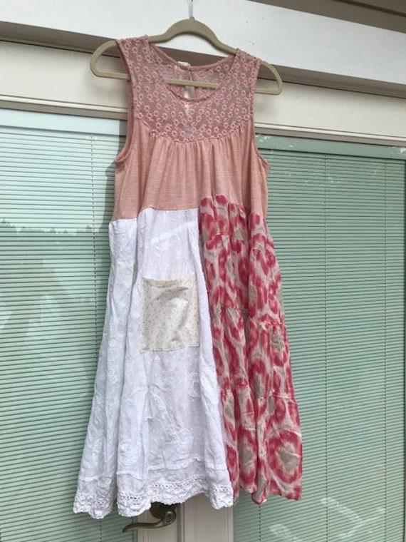 Pretty Baby i festivalen kjole rød hue | Stock foto